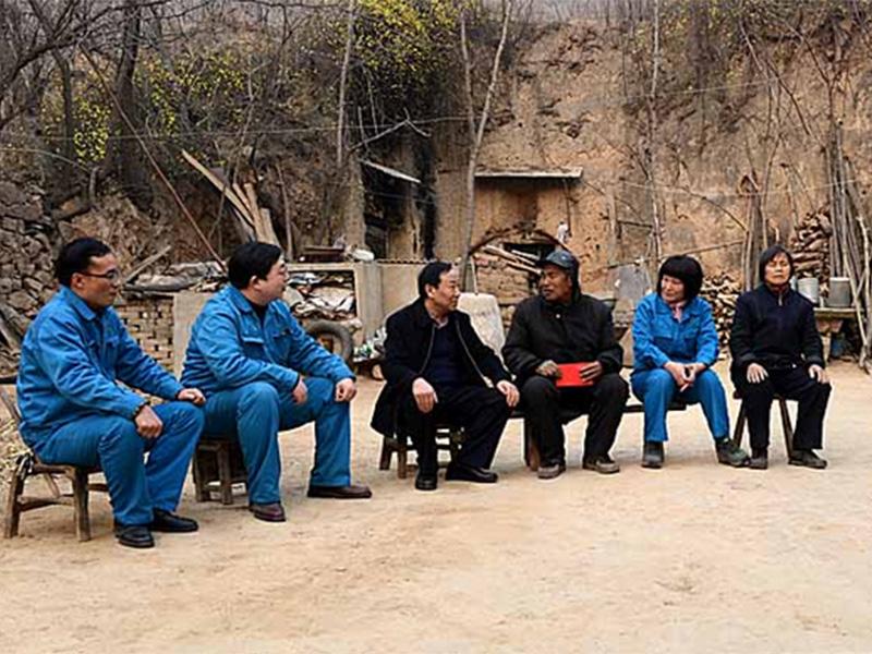 """龙八官方领导春节前为困难职工""""送温暖"""""""